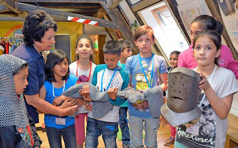 Was trug eigentlich so ein Deutschordensritter? Mit Anette Eichhorn vom Stadtmuseum lernen die Kinder die Gebräuche des europäischen